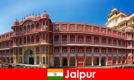 Більшість надзвичайних архітектур приваблюють багато відпочиваючих до Джайпур