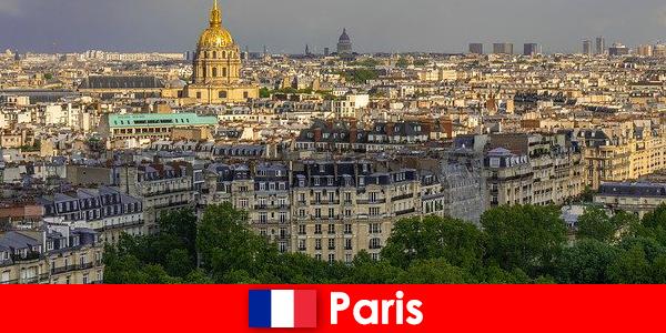 Туристи люблять центр міста Париж з його виставок і художніх галерей
