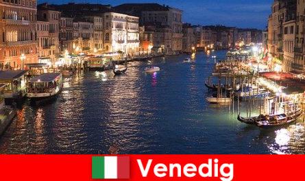 Венеція місто з гондольними і його численними скарбами мистецтва