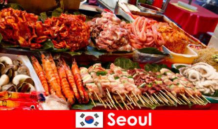 Сеул також славиться серед мандрівників за його смачну і творчу вуличну їжу