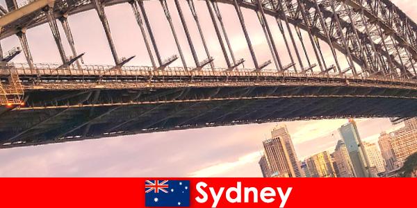 Сідней з його мостами є дуже популярним місцем для мандрівників Австралії