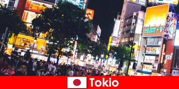 Токіо ідеальне нічне життя для відпочиваючих в мерехтливе неонове світло міста