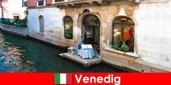 Чистий досвід подорожей для шопінгу туристів в старому місті Венеції в Італії