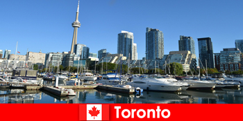 Торонто в Канаді - сучасний мегаполіс біля моря, дуже популярний для міських туристів
