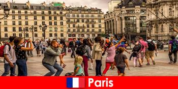 Більшість незнайомців приїжджають до Парижа, щоб познайомитися один з одним