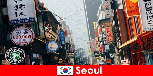 Сеул в Кореї захоплююче місто вогнів і реклами для нічних туристів