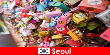 Подорож відкриття для незнайомців на модних вулицях Сеула в Кореї