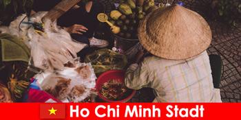Іноземці пробують різноманітні продуктові кіоски у В'єтнамі