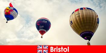 Відпочинок для сміливих туристів для польотів на повітряній кулі над Брістоль Англії