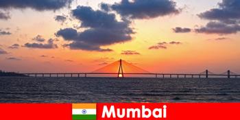 Мандрівники в Азію захоплюються сучасністю і традиціями в Мумбаї Індії