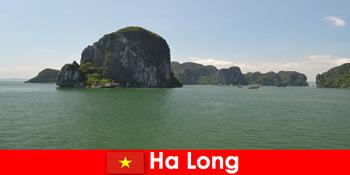 Екскурсії на човнах для відпочиваючих до рок-гігантів у В'єтнамі