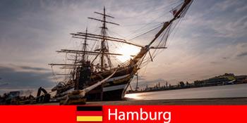Німеччина Спускається в порту Гамбурга на рибний ринок для подорожей гурманів