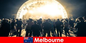 Незнайомці відвідують безкоштовні концерти під відкритим небом в Мельбурні Австралії щороку