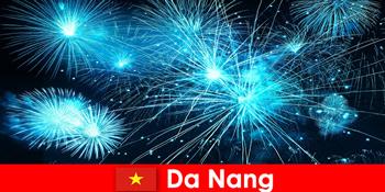 Оскільки нанг В'єтнам туристи відчувають захоплюючі вогнички на вечерю
