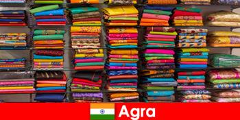 Туристичні групи з-за кордону купують недорогі шовкові тканини в Агра Індія